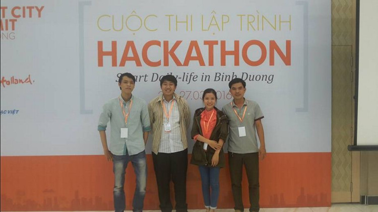 Các thành viên trong nhóm tại cuộc thi lập trình Hackathon ở Bình Dương (03/2016)