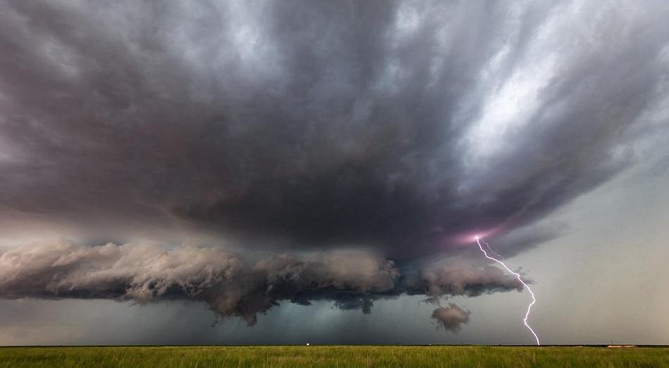 """Nhiếp ảnh gia Marko Korosec được mệnh danh là người săn bão bởi anh đã vô cùng dũng cảm khi dám liều mình theo dấu hành lang bão tố """"Tonardo Alley"""" để săn được những khoảnh khắc bầu trời như sụp xuống bởi sự xuất hiện của những cơn bão tử thần."""