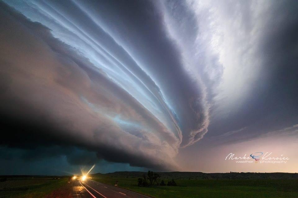 Nhiếp ảnh gia Marko Korosec hoạt động như một nhà khí tượng độc lập, anh có thể dự đoán chính xác khi nào một cơn bão diễn và nó sẽ nằm vào đâu.