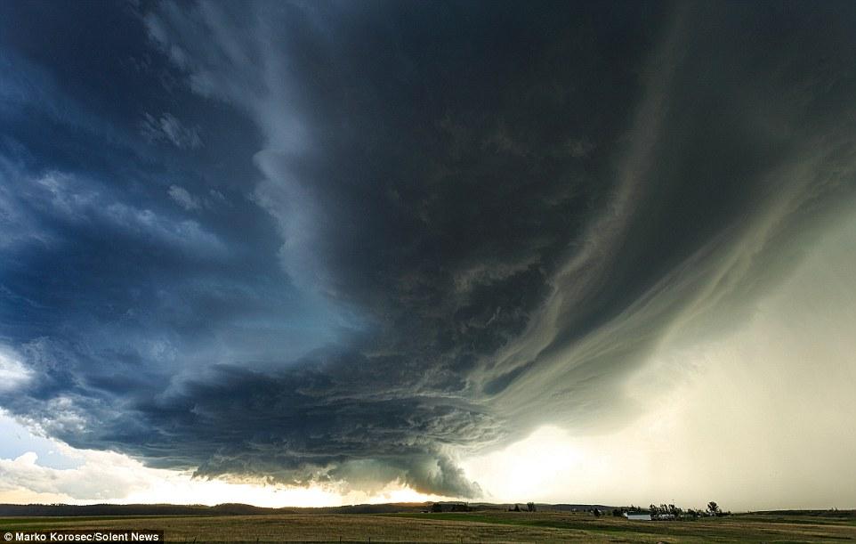Bầu trời khi có bão trong các bức ảnh của Marko luôn khiến người xem có cảm giác như đang chứng kiến khoảnh khắc bầu trời sụp xuống trong ngày tận thế.