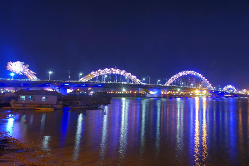 Cầu Rồng uốn lượn trên sông Hàn