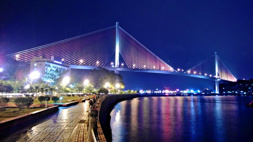 Cầu Bãi Cháy được chiếu sáng bằng hệ thống đèn hiện đại lên tới gần 9000 chiếc