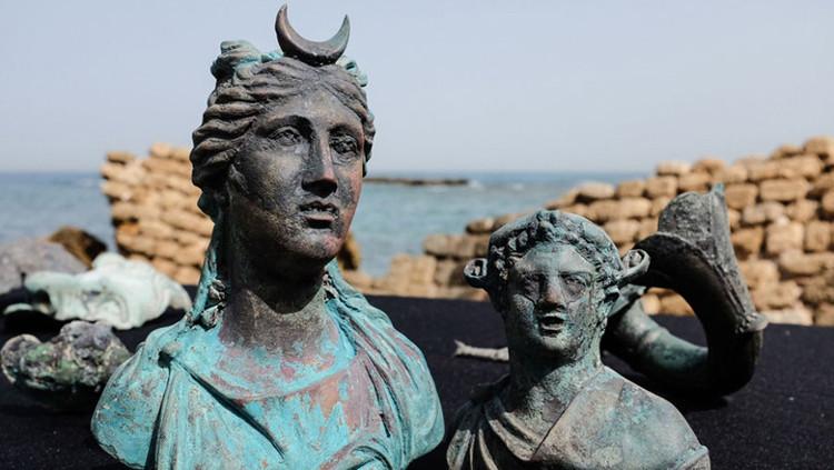Tượng Nữ thần Mặt trăng Luna (bên trái) và tượng Nữ thần rượu Dionysus.
