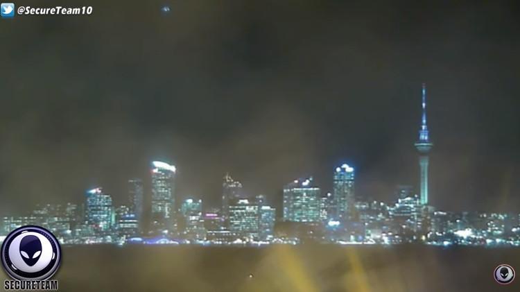 Ảnh cắt từ video cho thấy đốm sáng được cho là UFO xuất hiện trên bầu trời nước Úc.