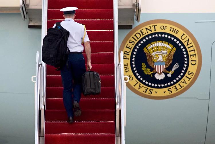 """Một binh sĩ Mỹ xách """"The Football"""" khi đi lên máy bay Air Force One ngày 7/4/2010."""