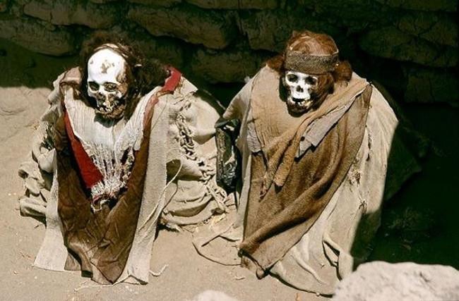 những xác ướp 1.000 tuổi này có xương quai hàm mở như nở một nụ cười khó hiểu, tóc vẫn còn rất nhiều và... mềm nữa