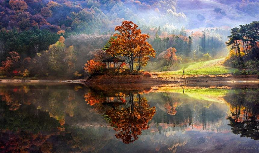 Jaewoon U, nhiếp ảnh gia đến từ Seoul, Hàn Quốc đã dành thời gian khám phá vẻ đẹp tuyệt diệu của đất nước mình khi chọn những khung cảnh ven hồ nước đưa vào trong những bức ảnh.