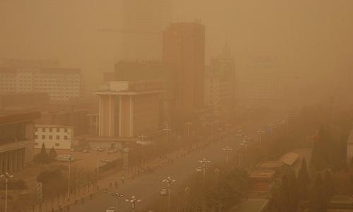 Một trận bão cát ở Hồi Hột, thủ phủ khu tự trị Nội Mông phía đông bắc Trung Quốc năm 2005.