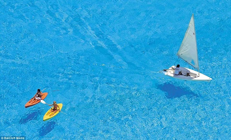 Diện tích khổng lồ cho phép du khách có thể chèo ván, lướt thuyền buồm hay thỏa thích bơi lặn.
