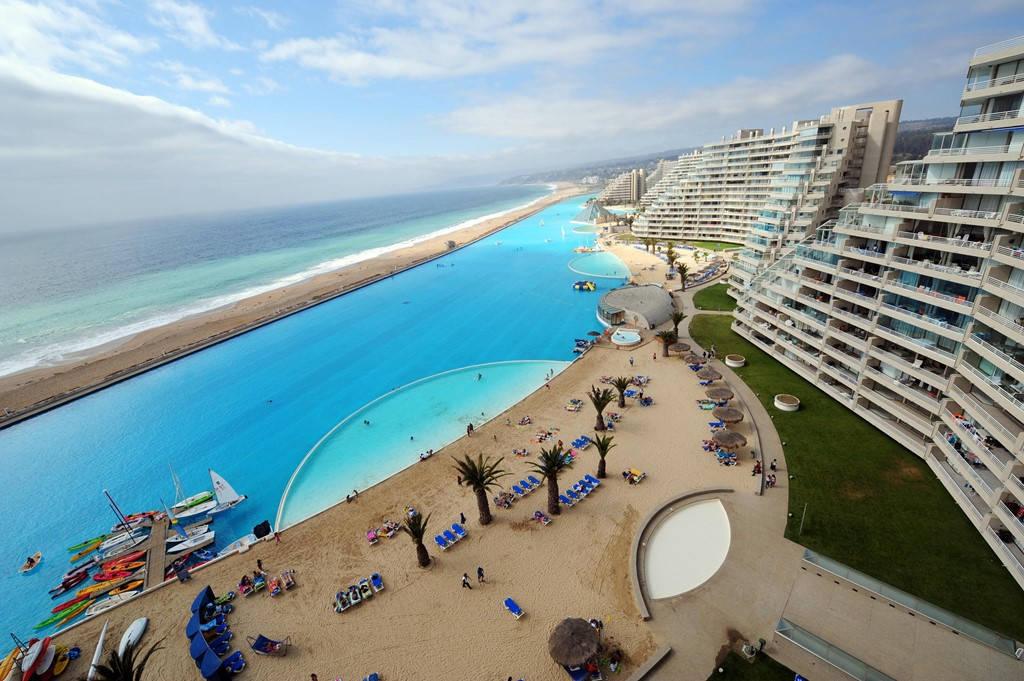 Crystal Lagoon có làn nước trong vắt và cả bãi cát để phục vụ du khách