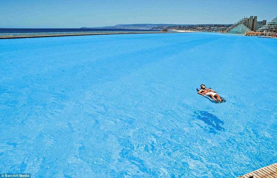 Du khách thảnh thơi tắm nắng giữa bể bơi mênh mông