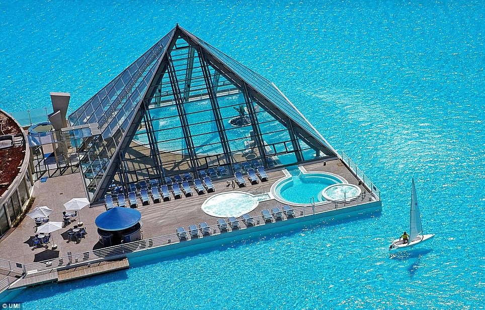 Khu vực bể bơi trong nhà và nhà hàng phục vụ du khách.