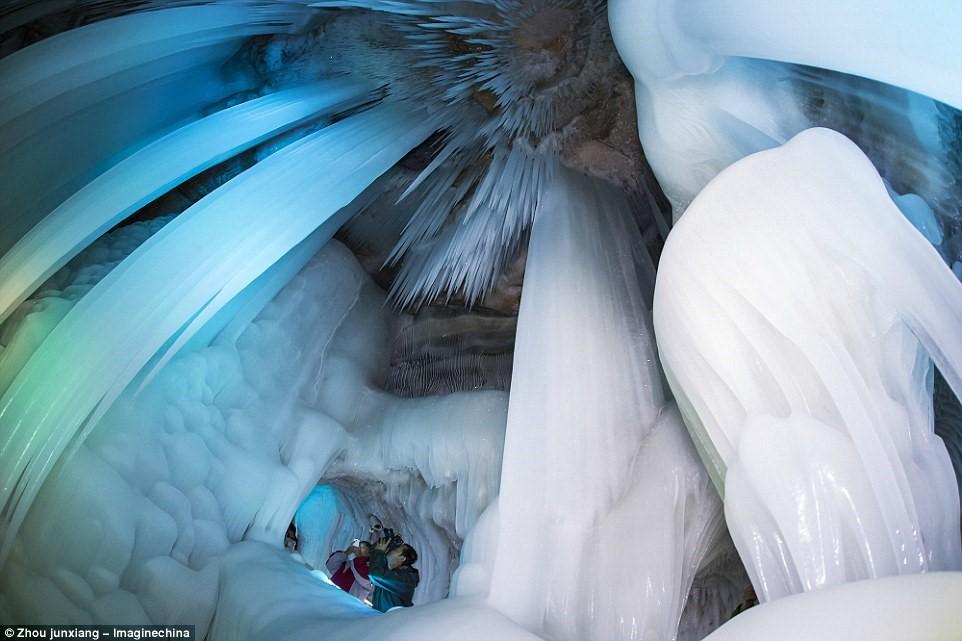 Hang băng ở núi Luyashan (Ninh Vũ, Sơn Tây, Trung Quốc) giống như một lâu đài băng kỳ bí trong phim hoạt hình của Disney.