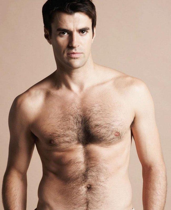 Vải trong rốn xuất hiện chủ yếu ở nam giới ở độ tuổi trung niên với một mật độ lông tương đối dày trên cơ thể.