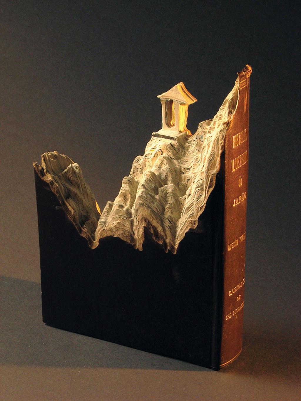 Laramee khéo léo biến một cuốn bách khoa toàn thư cũ thành dãy núi trùng điệp.
