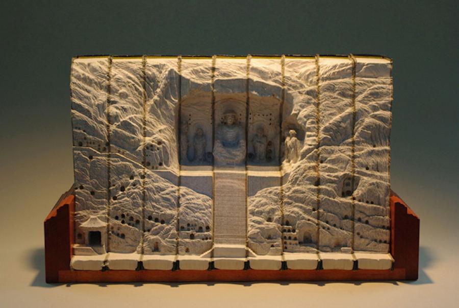 Tượng Phật trong hang đá