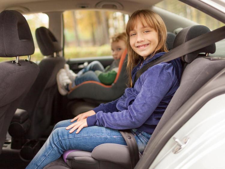 Để đảm bảo an toàn cho trẻ em ngồi trên ô tô, việc trang bị ghế xe hơi dành cho trẻ em là điều rất cần thiết.