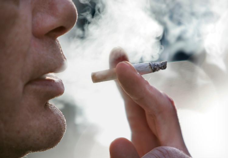 Khói thuốc lá không chỉ ảnh hưởng xấu đến người hút mà còn làm ô nhiễm môi trường xung quanh.