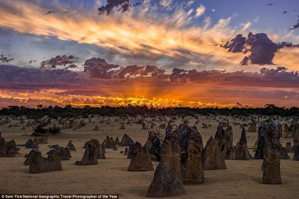 Sam Yick chụp những khối đá vôi Pinnacles độc đáo ở công viên quốc gia Nambung, gần Cervantes, miền tây Australia.