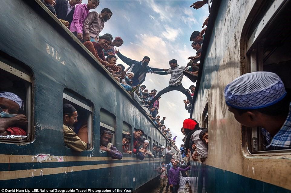 David Nam tham dự cuộc thi với bức ảnh chụp các thiếu niên vui đùa trên nóc hai con tàu ở ga Tongi, Bangladesh.