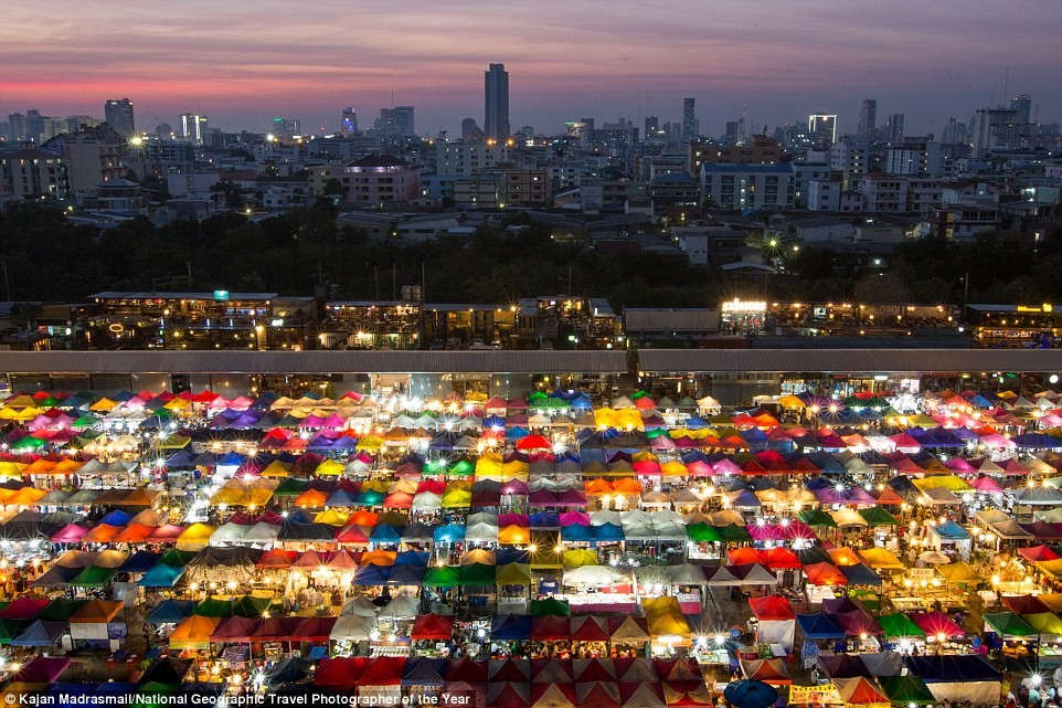 Khi màn đêm buông xuống ở Bangkok, Thái Lan,
