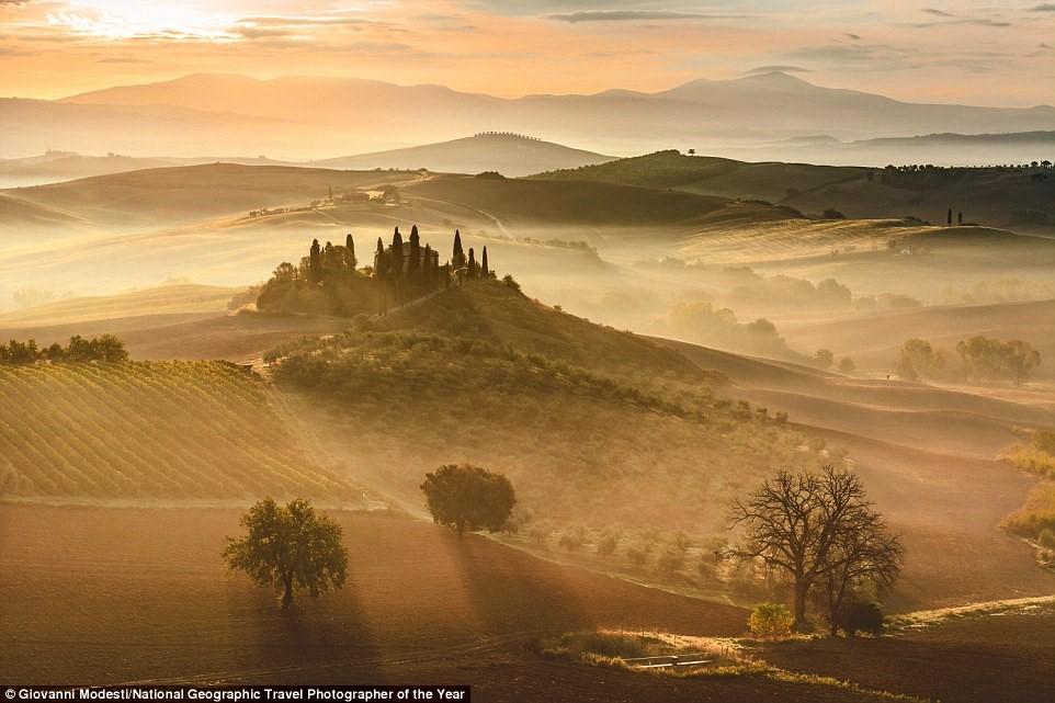 Một trong những bức ảnh lộng lẫy trong cuộc thi ghi lại khoảnh khắc mặt trời mọc trên vùng Tuscany, Italy