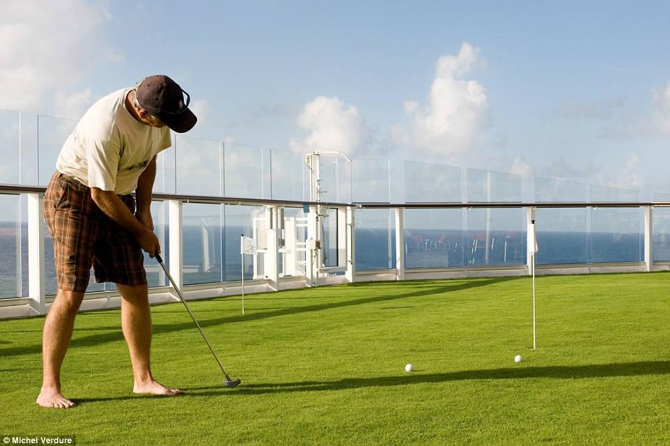 Minigolf là một trong những hoạt động được cung cấp tại Câu lạc bộ Lawn.