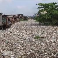 Video: Rác phủ kín kênh rạch ở thủ đô Campuchia