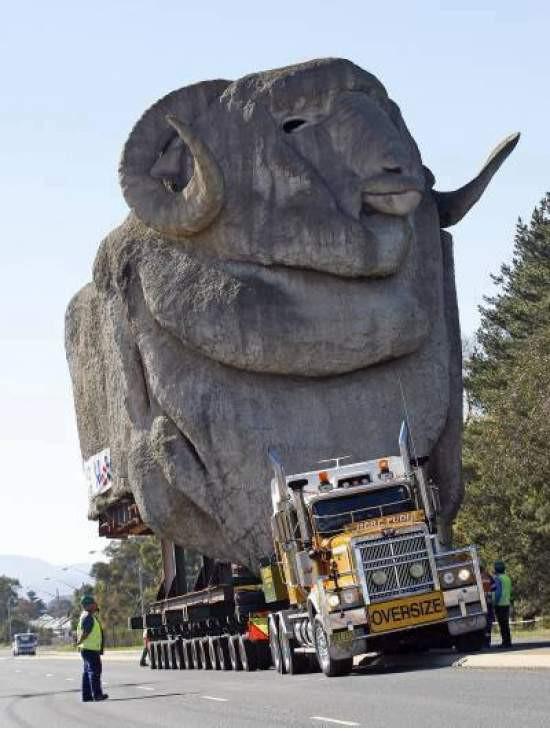 Một chiếc xe tải chở một bức tượng đá khổng lồ