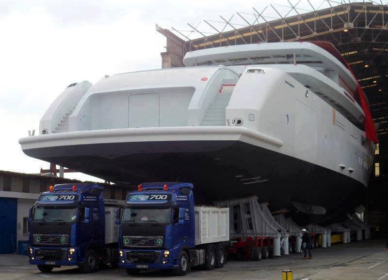 Chiếc tàu chuẩn bị ra biển với sự giúp đỡ của hai chiếc xe tải.