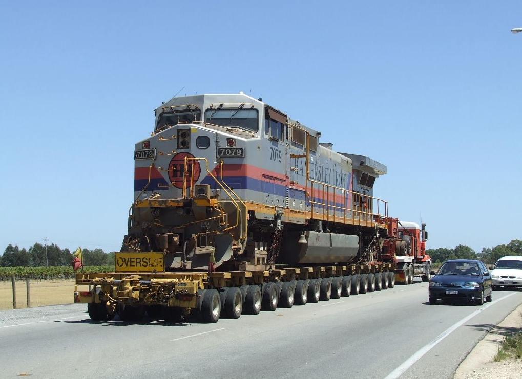 Tàu hỏa cũng nhờ sự trợ giúp từ xe siêu trường.