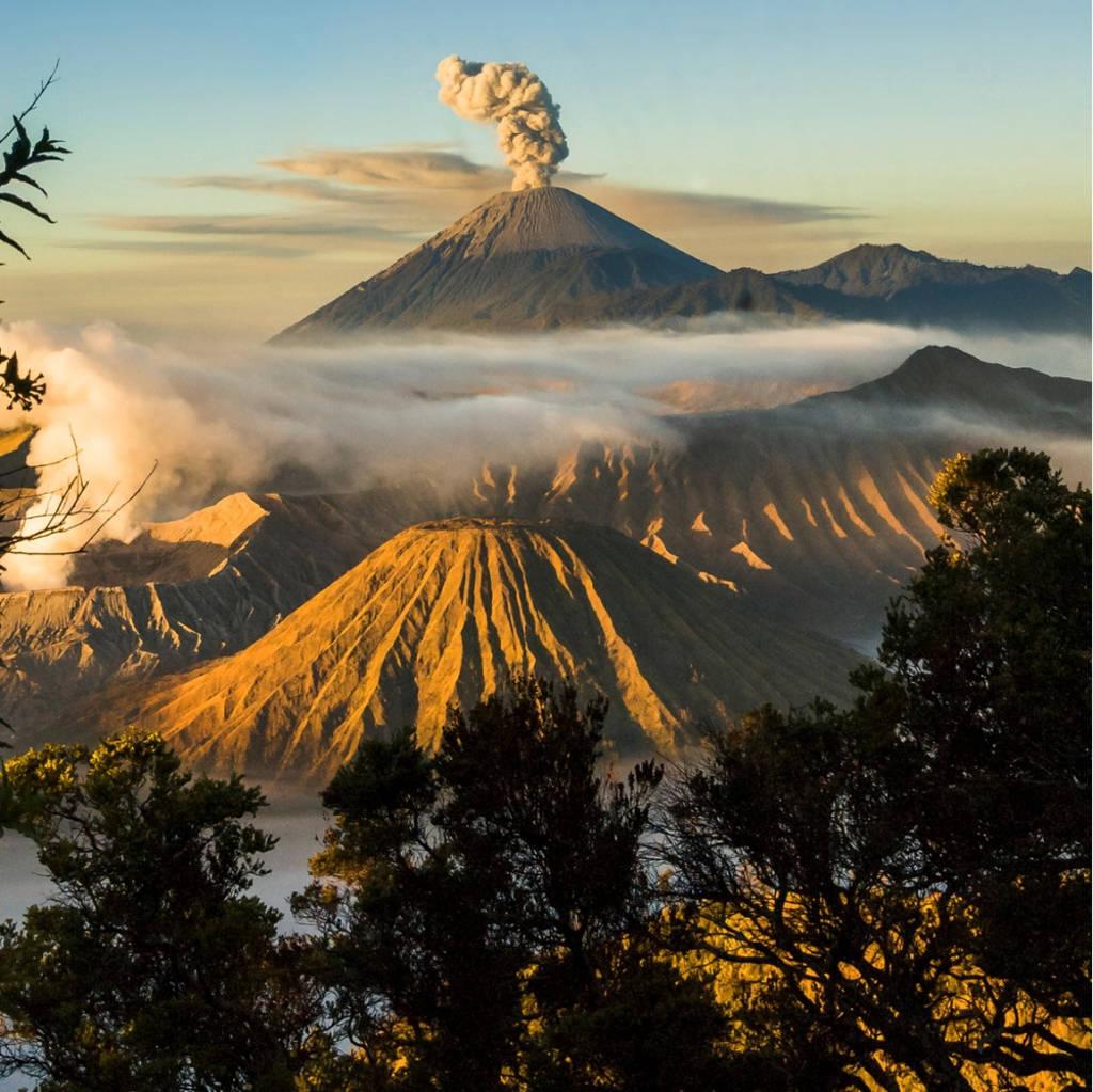 Hai khung cảnh trái ngược ở vùng núi Bromo - nơi có ngọn núi lửa Bromo vẫn đang hoạt động ở Indonesia.