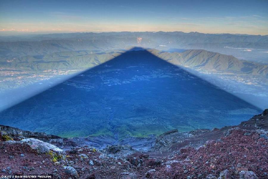 Chiếc bóng khổng lồ của ngọn núi Fuji.