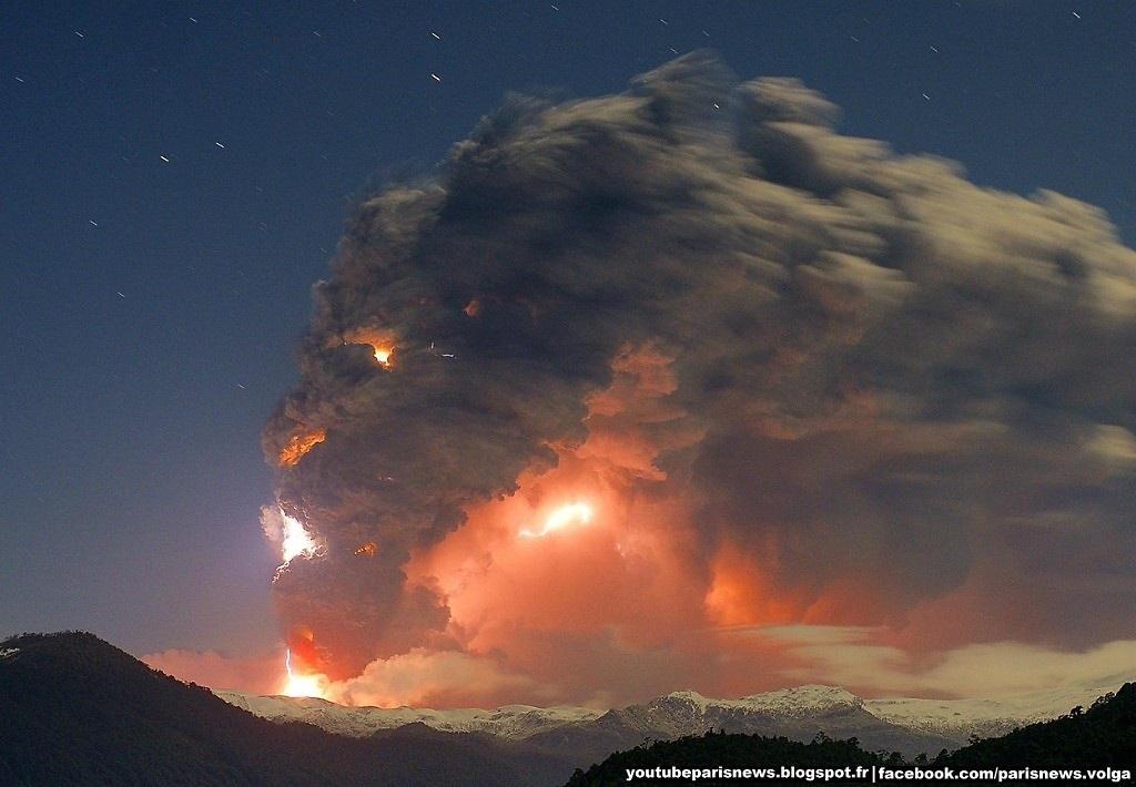 Núi lửa Puyehue-Cordón Caulle ở Chile đang phun trào. Những đụn khói ngùn ngụt tạo thành đám mây khổng lồ sáng rực cả bầu trời.