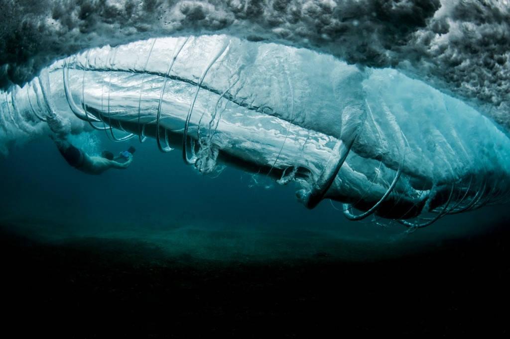 Thoạt trông bạn sẽ nghĩ đây là một con cá voi khổng lồ, tuy nhiên nó là một cơn sóng khi được nhìn từ phía dưới mặt biển ở Hawaii.
