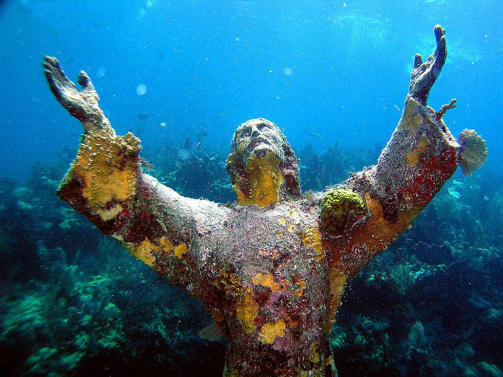 Tượng Chúa Jesus dang rộng cánh tay như để đón ánh hòa quang soi rọi xuống đáy đại dương ở Florida, Mỹ.