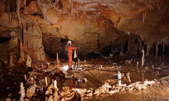 Tàn tích của bức tường 175.000 năm tuổi trong hang động Pyrénées.