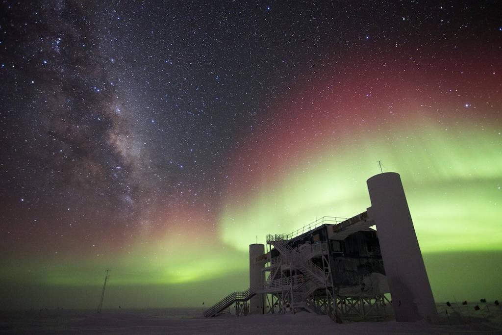 IceCube, máy dò neutrino lớn nhất thế giới.