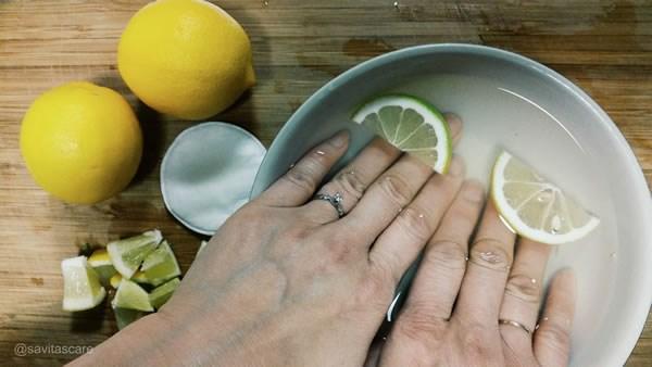 Rửa sạch tay dính nhựa rau