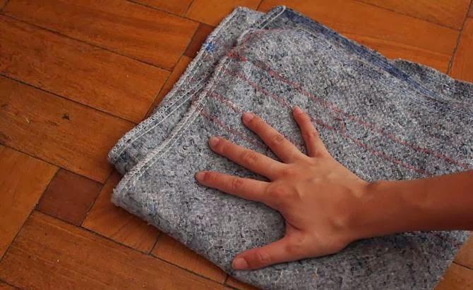 Dùng giẻ mềm lau khô hết nước trên bề mặt sàn gỗ.