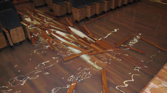 Sàn gỗ ngập nước mùa mưa bão.