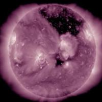 Vết đen khổng lồ trên bề mặt Mặt Trời