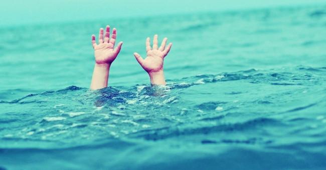 Người chết đuối còn thường đứng thẳng người, hai tay giơ lên và mở rộng sang hai bên.