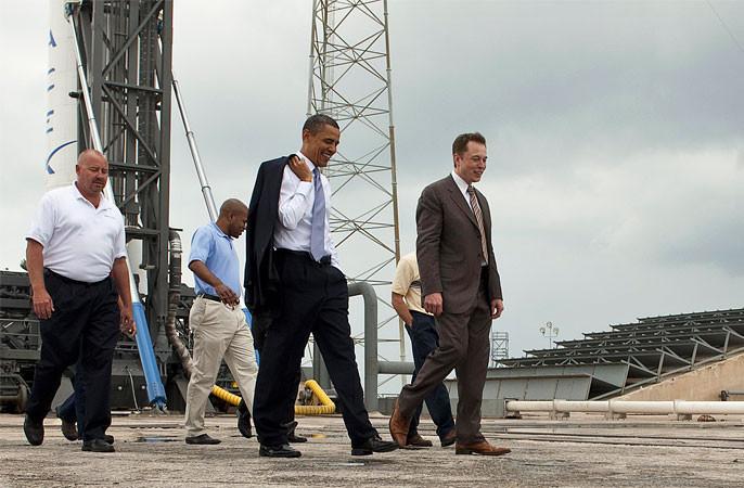 Tổng thống Mỹ Barack Obama trong chuyến ghé thăm cơ sở của SpaceX.