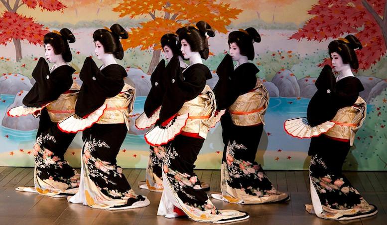 Xem geisha trình diễn cũng là thú vui của nhiều phụ nữ.