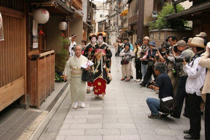 Hiếm khi xuất hiện nhưng chỉ cần bước chân ra phố, geisha sẽ thu hút bao ánh mắt người nhìn.