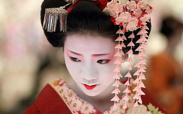 Geisha trẻ thường mặc đồ màu đỏ.