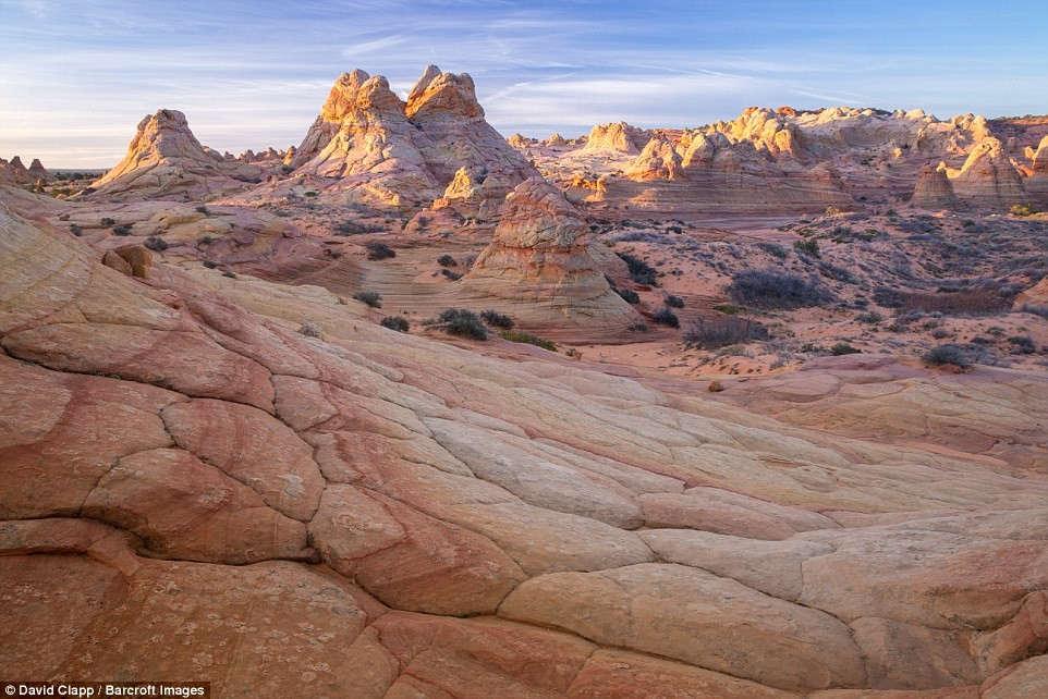 Mặt trời mọc trên khu đá sa thạch ở Nam Coyote Buttes giống như khung cảnh trong phim Chiến tranh giữa các vì sao.