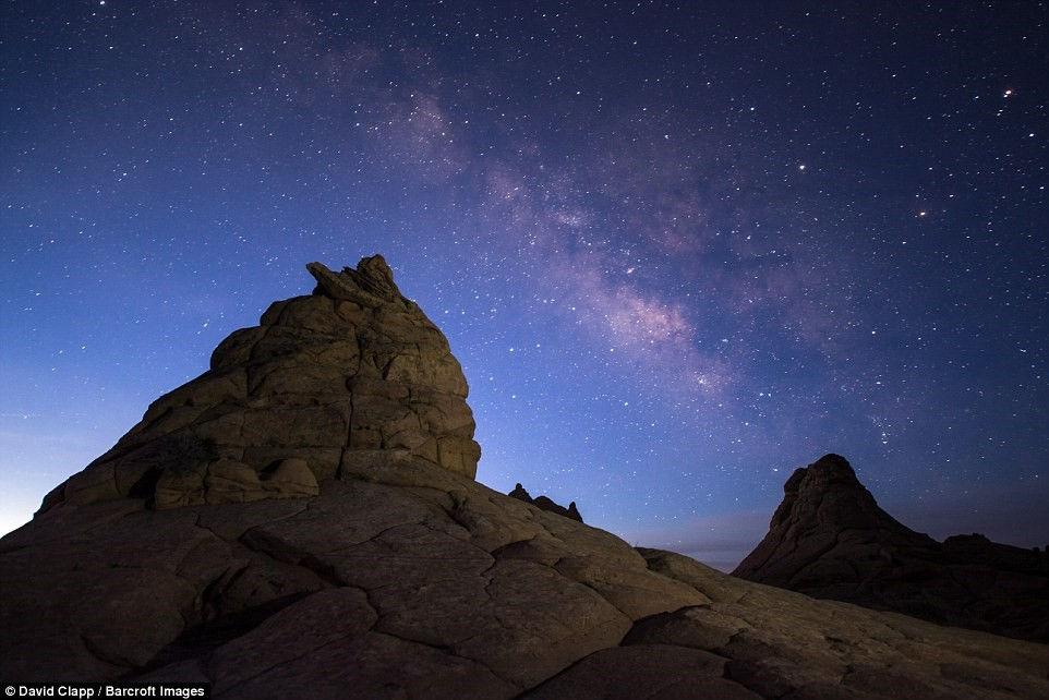Khu sa thạch nổi bật trên nền dải ngân hà ở Nam Coyote Buttes, Kanab, Utah.