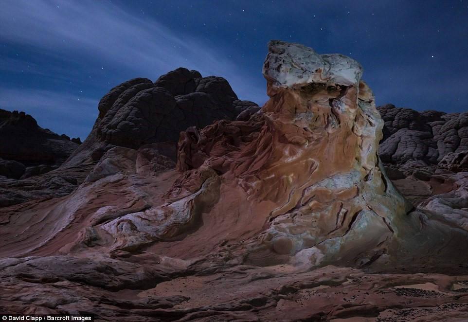 Diện tích khổng lồ của các sa mạc khiến nhiếp ảnh gia phải đi bộ nhiều ngày để tới các địa điểm khác nhau. Trong ảnh, ảnh trăng rọi xuống White Pocket, Arizona.
